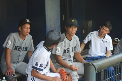 高校生と談笑する小笠原、谷田、善波